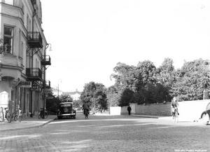 Bild 3: 1940-talet. Ledtråd: Husen till höger är ersatta med nya. Det finns fortfarande en lång mur längs till höger längs gatan. Fotograf: Okänd (Bildkälla: Örebro stadsarkiv)