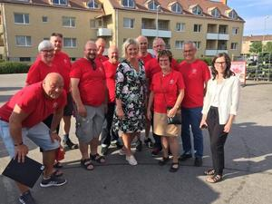 Lokala S i Askersund samlas tillsammans med Lena Rådström Baastad för att knacka dörr hemma hos Askersundsbostäders hyresgäster. Foto: Privat
