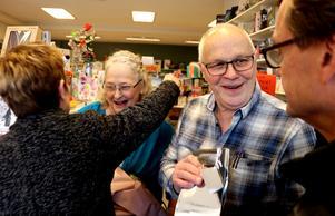 Ånge köpmannaförening sa farväl till bokhandlarparet Wiklund med blommor, kramar och presenter.