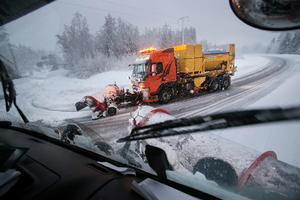 På uppdrag av Trafikverket ansvarar PEAB för snöröjningen av 90 mil väg i Hälsingland och en bit in i Gästrikland.