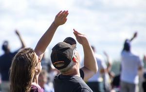 Folkfest vid Flygfesten i lördags. Många huvuden i luften. Foto: Mikael Forslund