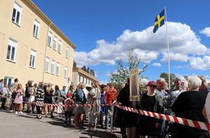 Strax före klockan 14 tätnade folksamlingen framför Bobergsgymnasiets trappa.