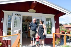 Christer och Elisabet Gröning i Brända har ett eget café hemma på tomten, vilket verkar uppskattas av dotterdottern Astrid.