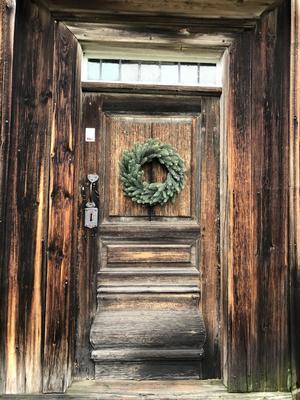 Julpyntad dörr på träslottet, Arbrå. Foto: Birgitta Ossmyr