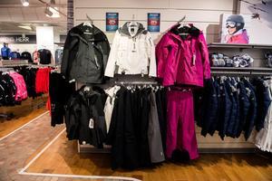 Det är inte bara snöslungor och skidor som säljer bra. När snön kommer vill många klä på sig varmare kläder.