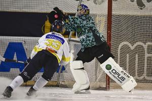Lukas Mårdberg testar Edsbyns målvakt Henrik Karlström. Foto: Ulf Palm/TT
