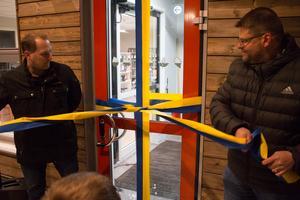 Kultur- och fritidsnämndens ordförande Per Larsson (SBä) och kommunalråd Anders Wigelsbo (C) invigde idrottshallen och biblioteket.