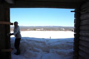 Snön ligger meterdjup på baksidan av ladan.