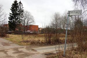 Längs med Fabriksgatan i Kumla planerar Pekum för fyra trapphus. Byggstart planeras till våren. Foto: Tove Svensson