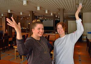 Karolina Nordman och Fanny Hases anordnar stand up-kväll på Kulturhuset tio14 i Falun.