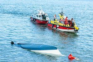 Under båten, med vatten en bra bit upp på kroppen, befann sig Wilma Karlsson i två timmar.Bild: Adam Göransson