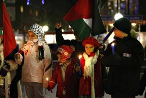 Med ljus för fred och protestplakat mot Israels anfall mot Gaza manifesterade Gävlebor på Stortorget på måndagseftermiddagen.