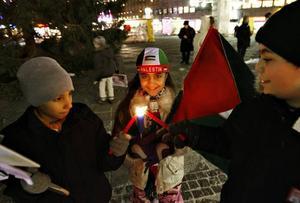 Yehya Nabulsi, Donnya Salem och Mohannad Salem tänder ljus för människorna i Gaza.