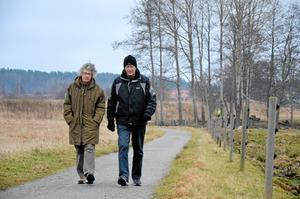 Motionärer. Irene och Lennart Vestman brukar dela på sig när Lindesjön runt ska avverkas. Medan Irene tar hela sträckan runt sjön tvingas Lennart vända efter udden på grund av ett ont knä.