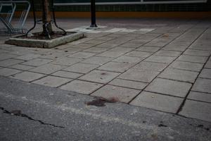 En liten blodfläck syns fortfarande vid olycksplatsen.