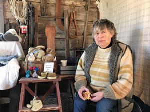 """""""Det är ingen stor kommers, men det är kul att vara med och skön stämning"""", säger Margau Wohlfart-Leijdsröm som bland annat säljer växtfärgat garn."""