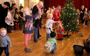 Barnen Sissela Öberg, Amadeus Öberg Sölving och André Lindberg (utklädd till snigel) var aktiva under ringdanserna.
