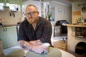 Daniel Bakke hemma i köket i sitt nyrustade hus i Sätrabrunn.