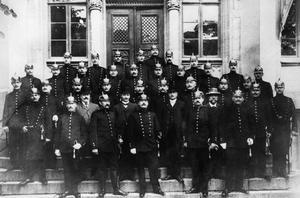 Örebro poliskår på Rådhusets trappa 1908. Fotograf: Okänd