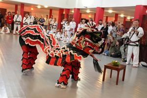 Invigningen inleddes med en klassisk kinesisk lejondans.
