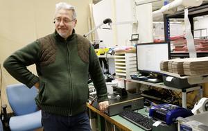 Tomas Sundkvist testar utrustning som ska sitta i kraftverk och övervaka utflödet av elektricitet. Mätutrustningen är mycket känslig och mäter bland annat strömstyrkan i ampere med fyra decimaler.