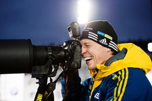 Johan Hagström var lycklig efter att han fått se de svenska herrarna åka hem ett OS-guld. Bild: Johanna Lundberg/Bildbyrån