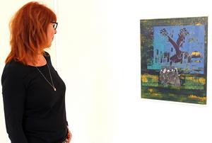 Ingela Bauer betraktar sitt verk
