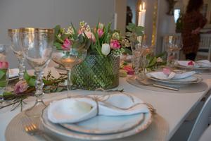 Snören runt linneservetterna och en låg och tät bukett mitt på bordet.