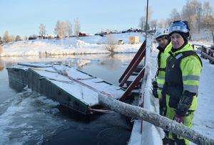 – Just nu, i 16 minusgrader, handlar jobbet mycket om att hålla pumparna igång, säger arbetsledaren Jonas Bosell, till höger, och dykskötaren Matti Hietala.