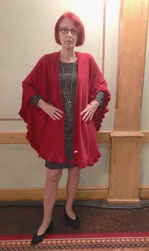 Britt Skarberg visade en tjusig kombination med en klänning i grått och svart och en varmt röd sjal. Foto: Solbritt Eidenby