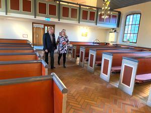 På väg mot altaret.  Anders Eriksson och Madeleine Johansson kastar en sista blick på varandra som ogifta.
