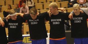 """Martin Boija, till vänster, med sina lagkompisar under den tysta minuten för Truls Lindström som föregick fredagskvällens seriepremiär mot Rimbo. Lif Lindesbergs-spelarna hade specialtryckta tröjor med """"Truls Lindström 14"""" på ryggen och """"Suicide zero"""" på bröstet under uppvärmning och lineup."""