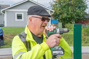 Ante Johansson skruvar upp staket vid Orrvikens skola.