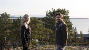 Anna och Martin Hanning Häggström vid en av de två platserna där det ska byggas nya hus i Oxviken.