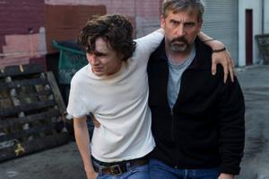 Foto: Francois Duhamel/Scanbox. Timothée Chalamet spelar den unge missbrukaren Nic och Steve Carell hans allt mer tröstlöse far David i det verklighetsbaserade dramat