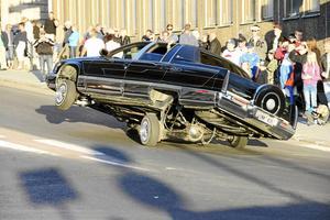 Med hjälp av hydraulik kan vissa bilar göra akrobatiska och spektakulära uppvisningar.