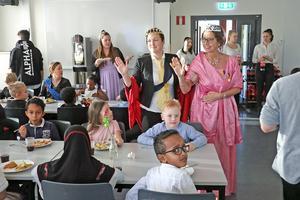 Kungligt besök i skolmatsalen. Det hölls nobelbankett på Björkhagaskolan på Nobeldagen. Drottningen (rektor Lena Varvne) och kungen (biträdande rektor Sandra Marcusson) minglar runt bland lunchgästerna.