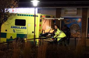 Den knivskurne mannen togs omhand av ambulanspersonal och fördes till sjukhus. Bild: Roger Nilsson