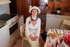 Teresa Janus vid sitt köksbord i huset nära Kungsberget.