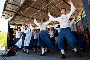 Skönborg folkdanslag visade upp ett antal danser på torget i Sundsvall under lördagen.