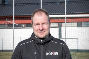 Anders Eriksson känner att Köping genom medverkan i en särskild beställargrupp bidrar till att det i dag går att ställa långtgående miljökrav när man upphandlar konstgräs.