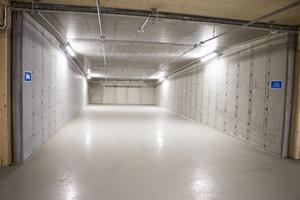 Förutom bilparkeringarna finns även platser för motorcyklar och cyklar. Men även här är det tomt.