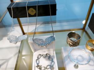 Nytillverkade smycken i gammal stil.