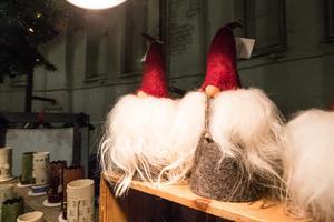 Vad är en julmässa utan tomtar. Här gick att fynda flera olika modeller.
