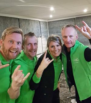 Lars Holmlund, Peter Norberg, Caroline Bergendahl och Kent Norberg hyllade sin personal med låten