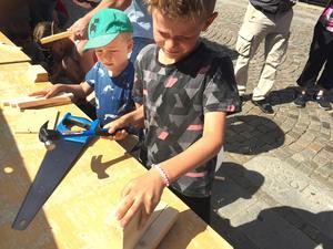 Småbåtsbygge på Apotekarbron. Bröderna Ivar och Frank Prosell skapar ett flytetyg.
