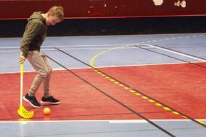 Hugo Larsson skjuter på mål.