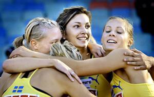 Rebecca Högberg (skymd till vänster) och resten av svenska 4x400-meterslaget på Finnkampen 2009. I mitten klubbkompisen Sandra Wagner. Arkivfoto: Kicki Nilsson