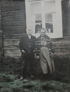 Jonas och Anna när de senare fick tag i en bättre bostad nere på på bygden.