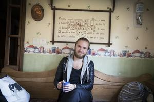 Jesper Lindgren har skapat sedan barnsben. Gitarren blev tidigt hans följeslagare och musiken har alltid haft egen plats i hans hjärta.